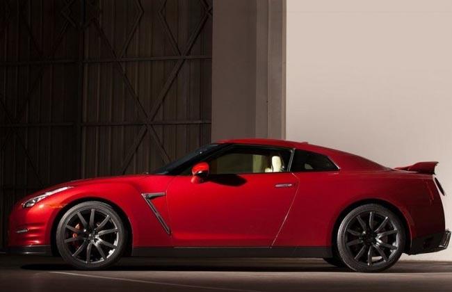 Nissan GT-R left